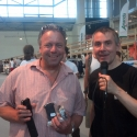 Ein glücklicher Finalist hält eine iPhone Halterung in den Händen