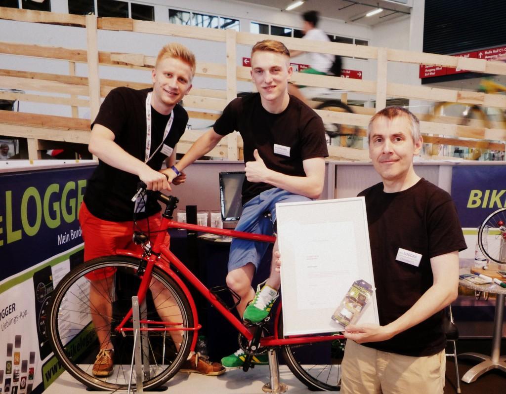 Das BikeLogger-Team bekommt die Urkunde zum ISPO BRANDNEW Award während der ISPO BIKE 2013 überreicht.